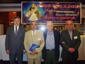 Legisladores Flavio Alves Monteiro y Dado Cherem (Brasil) y Germán López con el señor Enrique Salvador, luego de la entrega de la resolución de apoyo del Mercosur al minorismo de ese bloque regional.